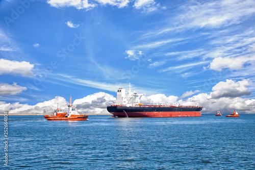 Cuadros en Lienzo Tanker ship with escorting tugs leaving port.