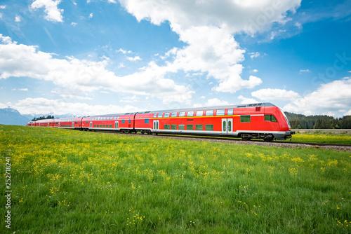 Obraz Rote Regionalbahn im Oberallgäu - fototapety do salonu