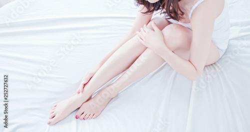 Fotografía asian woman touch her leg