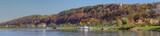 jesienna panorama Kazimierza Dolnego, widok na Wisłę, spichrze, wzgórze zamkowe i przystań statków pasażerskich