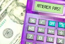 Dollar Geldscheine, Taschenrechner Und Slogan America First