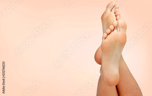 Crédence de cuisine en verre imprimé Pedicure Beautiful woman's bare feet against a pastel background with copyspace