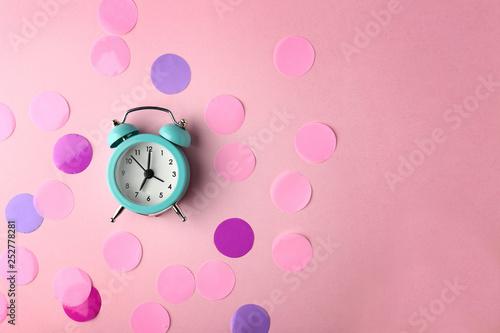 Obraz Alarm clock and circles on color background - fototapety do salonu
