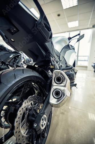 Widok z tyłu motocykla z naciskiem na łańcuch.