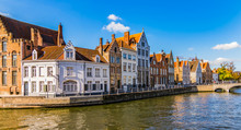 Bruges Canal Spiegelrei With Beautiful Houses At Sunset. Panoramic City View Of Traditional Buildings And Water Canal.