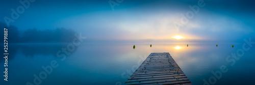 Sonnenaufgang am See mit Steg und Nebel - Panorama Fotobehang