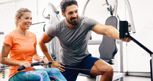 Personal trainer helping young woman reach goals Fototapet
