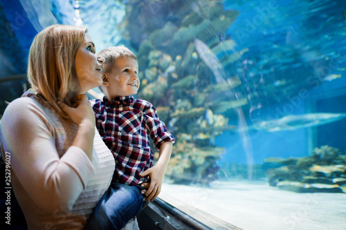 Keuken foto achterwand Hoogte schaal Mother and son watching sea life in oceanarium