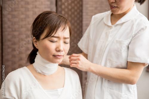 Photo 首に包帯を巻く女性