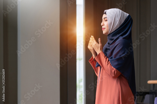 Photo  Muslim woman praying in public, concept religion of Islam