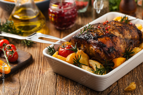 Pieczone całe ramię, z ziemniakami, papryką i pomidorami. Marynowane w białym winie.