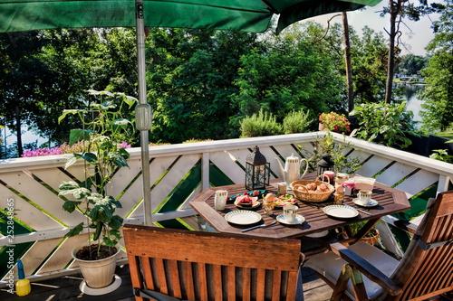 Obraz Frühstück auf dem Balkon - fototapety do salonu