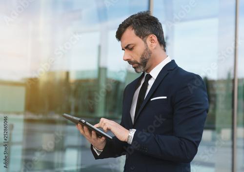 Hombre de negocios usando tablet