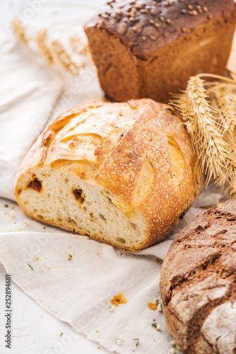 Photo Assortment of freshly baked loaf of bread