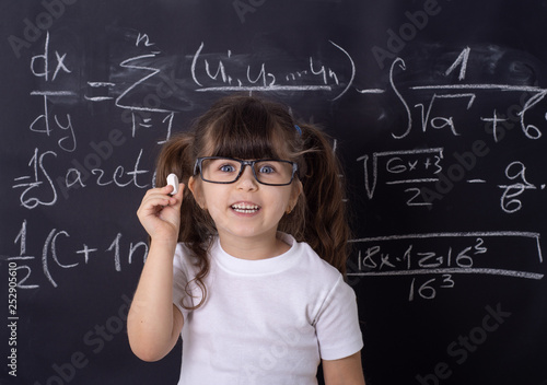 Fotografía  Studio shoot, Cute kid back to school. Little girl with glasses.