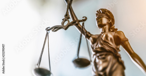 Fotografia Statue of lady justice on bright background - Side view with copy space