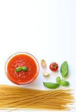 Pasta Secca Integrale Ed Ingredienti Per Cucinarla, Salsa Fresca Di Pomodoro, Aglio, Basilico, Peperoncino Sullo Sfondo Bianco