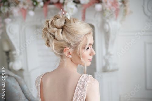 Foto Elegant wedding hairstyle on a beautiful bride blonde rear view.