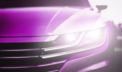 Auto, Front mit hellen Scheinwerfern in lila