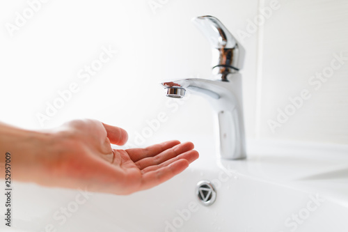 Valokuva hand under faucet without water