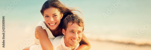 Fotomural Banner of happy young people in love piggybacking on beach honeymon vacation background