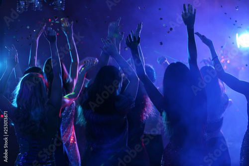 Leinwand Poster Beautiful young women dancing in night club