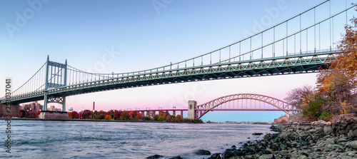 Photo Hell Gate Bridge and Triborough Bridge at night, in Astoria, Queens, New York