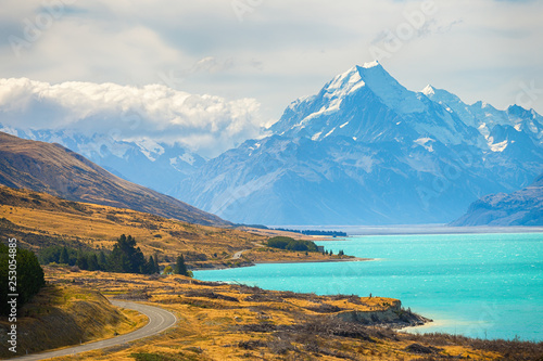 Valokuva  Mount cook viMount cook viewpoint with the lake pukaki and the road leading to mount cook village inewpoint with the lake pukaki and the road leading to mount cook village in South Island New Zealand