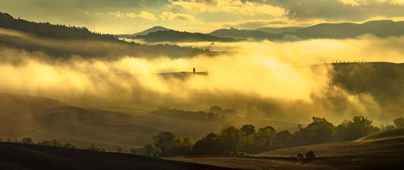 Wspaniały, bajeczny i mglisty wschód słońca w Toskanii