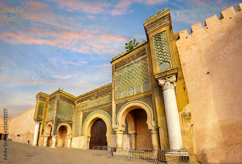 Fotografía Old walls with gate Bab Mansour in medina of Meknes