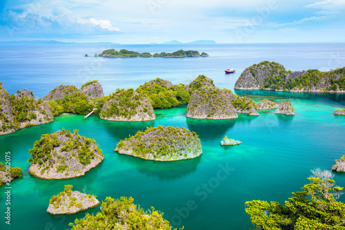 Tuinposter Indonesië Paradise calm lagoon with small islands and turquoise water