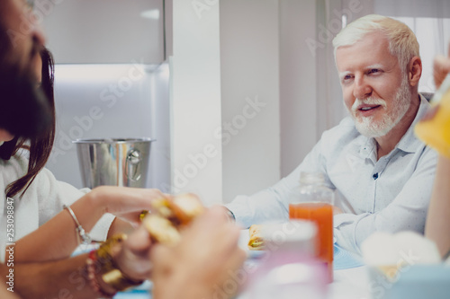Albino man looking at his friend while on a lunch Fototapet