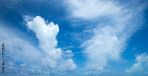 Photo sur Toile Kiev blue sky background with tiny clouds