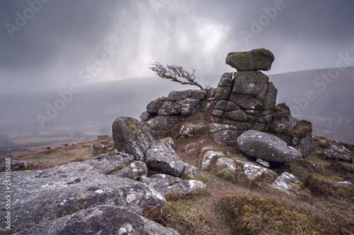 Foto auf Leinwand Dunkelgrau Chinkwell tor in a snowstorm Dartmoor Devon Uk