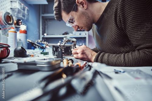 Fotografía Electronic technician working in the modern repair shop