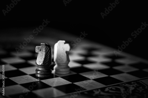 Photographie  chess pieces on the Board, black and white photo