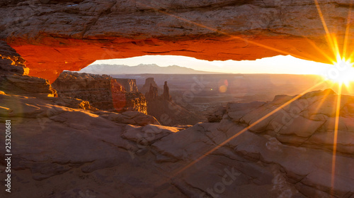 Photo Stands Chocolate brown Mesa Arch, Canyonlands National Park
