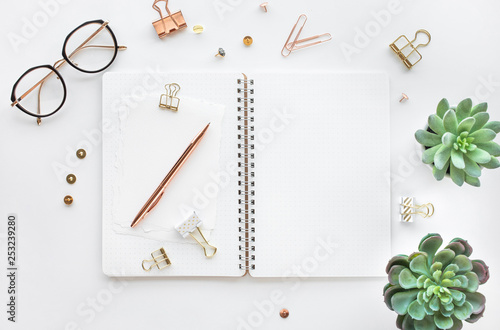 Photo Elegant work table with business accessories on withe background