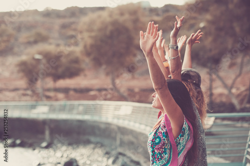 Photo Group of coloured diverstiy clothes girls giving up hands enjoying the independe