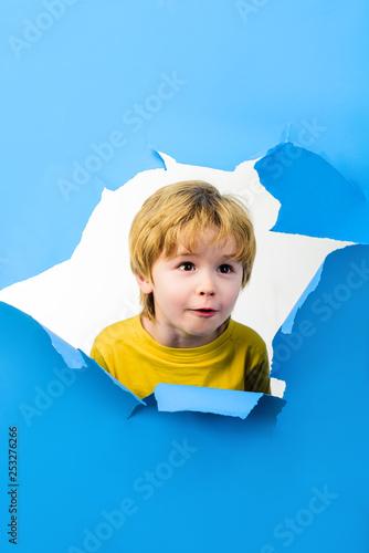 Fotografía  Boy looking through paper