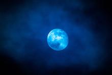 Magischer Vollmond Am 19.02.2019 Mit Wolken In Blau Gehüllt