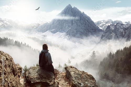 Fotobehang School de yoga Frau genießt die Aussicht auf die Alpen vor malerische Landschaft
