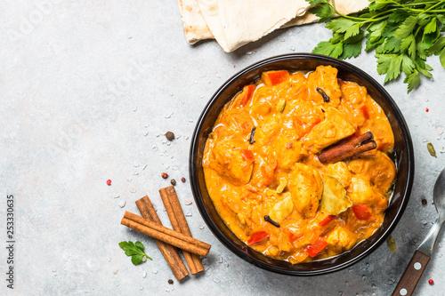 Fotografía  Chicken tikka masala with rice on black top view.