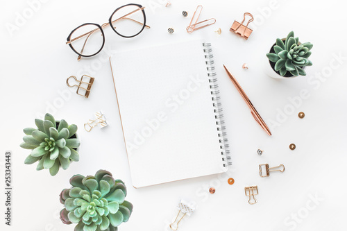 Fotografía  Elegant work table with business accessories on withe background