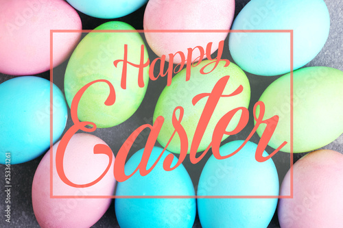 Fotografía  Colored eggs, pattern for Easter backgruond. Text, happy easter.