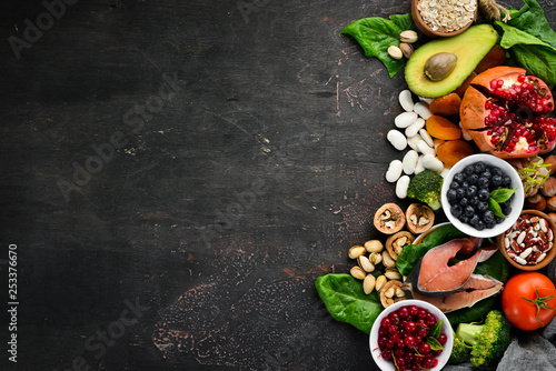 Fotomural Healthy food: Fish, blueberries, nuts, pomegranate, avocados, tomatoes, spinach, flax