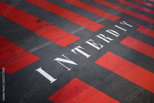 Fotografía  interdit interdire zone inhiber zébra bande rouge circulation stationnement gêna