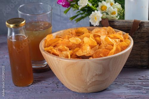 Fotografía  close up of Crispy potato chips on wooden bowl