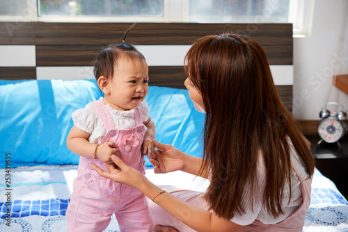 Valokuva Mother talking to crying baby
