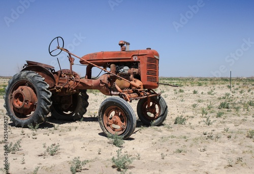 Fototapety, obrazy: old tractor in field